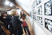 Od prvního listopadového dne se opět změnila výstava vGalerii VZahradě Základní umělecké školy Františka Kmocha vKolíně, tentokrát tam své obrázky vystavuje kolínský kreslíř Jiří Vančura a to pod názvem Kresbičky zVančurovy fixičky.