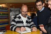 Kuchař a televizní hvězda Pohlreich podepisoval kuchařku