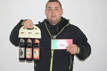 Jan Flieger si v těchto dnech užívá dovolenou, proto ho při předání ceny zastoupil kamarád Miroslav Pros. Předá mu tak karton piv značky Rohozec a poukázku do kolínské pizzerie Marylin.