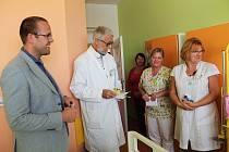 Dobrovolný spolek žen Klubko s nití pomáhá předat poukaz i dárky řediteli Oblastní nemocnice Kolín, Petru Chudomelovi.
