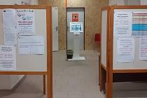 Uzavřený průchod přízemím budovy Městského úřadu v Českém Brodě z důvodu rekonstrukce pracoviště pro agendu občanských průkazů a evidence obyvatel i přiléhajících prostor.