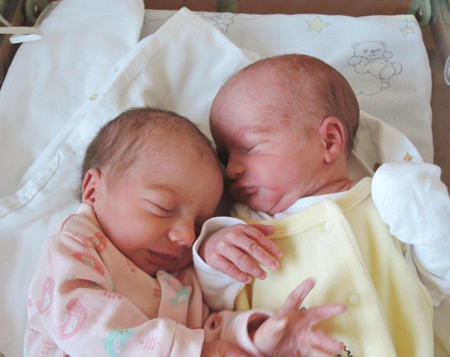 Maruška Lenka a František Čudovi se rozplakali 26. července 2016. František měřil 49 centimetrů a vážil 2360 gramů. Maruščiny míry byly 2240 gramů a 48 centimetrů. S maminkou Markétou, tatínkem Martinem a bráškou Martínkem (2,5) jsou doma ve Svojšicích.