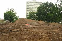 Práce na rekonstrukci hřiště v Seifertově ulici v Kolíně.