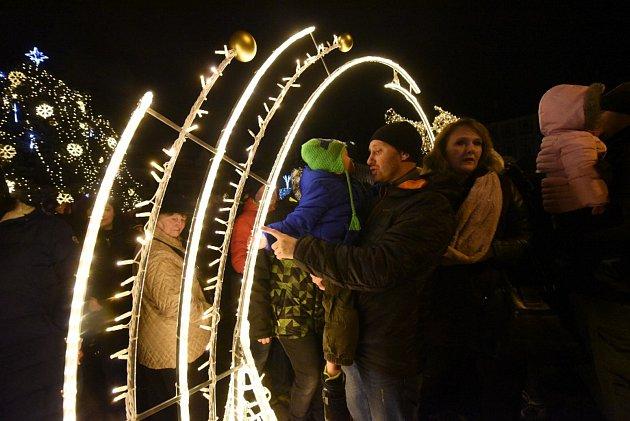 Od nedělního podvečera svítí v Kolíně nejen stromeček, ale nově i brána.