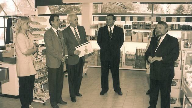 Ze slavnostního otevření prodejny Sezam na sídlišti v Kolíně ve středu 29. května 1996.