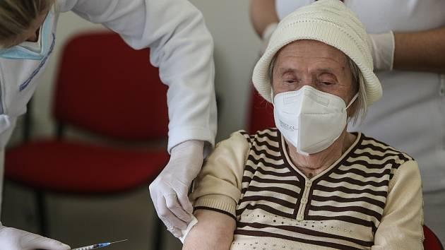 Očkování seniorů vakcínou firmy Moderna v Kolíně v úterý 9. února.