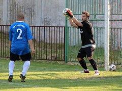 Z utkání Bečváry - Krakovany (2:1). Domácí slaví postup do I. B třídy.