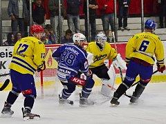 David Šafránek (v modrém) proti Jindřichovu Hradci zářil. Vstřelil pět gólů.