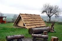 Polozemnice, kterou staví kluci z dětského domova