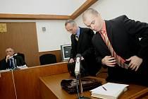 Lékař Josef Slabý (vpravo) u kolínského soudu před vynesením rozsudku.