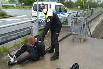 Se zlodějem z obchodu měli kolínští strážníci tentokrát opravdu 'veselo'.
