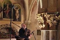 Josef Krček při natáčení CD v kapli sv. Kateřiny v Kouřimi