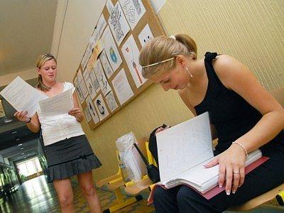 Většina náctiletých se na zkoušky z dospělosti poctivě připravuje.