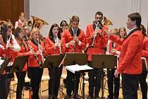 Žáci umělecké školy nacvičují na koncert dvou orchestrů.