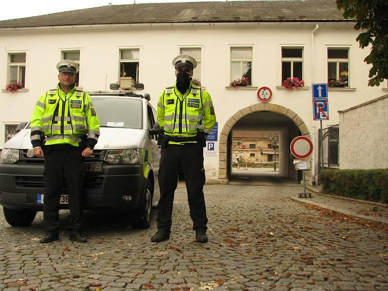 Volební drive-in stanoviště v areálu kolínského zámku.