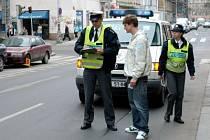 """Policisté znají základy cizích jazyků a mají k dispozici i """"taháky""""."""