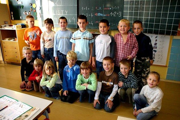 Prvňáčci v Základní škole ve Starém Kolíně pracují pod vedením Ludmily Třískové.