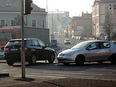 Dopravní nehoda ve středu ráno zkomplikovala dopravu na křižovatce u obchodního domu.