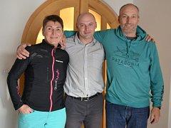Dušan Bartůněk (uprostřed) společně se svými přáteli horolezkyní Soňou Boštíkovou a jejím manželem, horolezcem Josefem Šimůnkem.