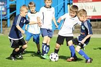 Přátelské utkání mladých fotbalistů a hokejistů Kolína.