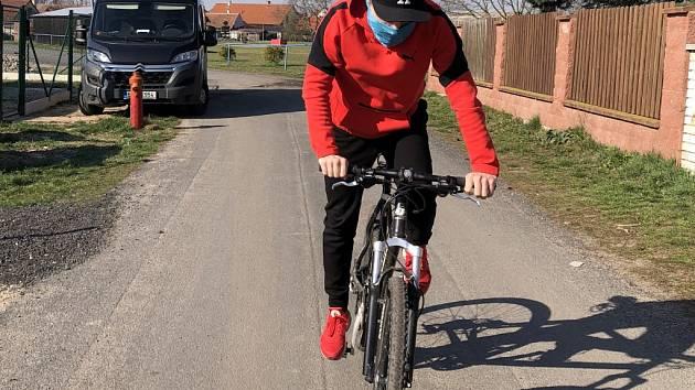 Adam Hruška se rád ve volné chvíli projíždí na kole.
