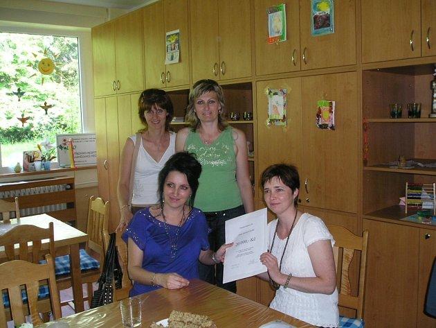 Předávání finančního daru ve středisku Volno
