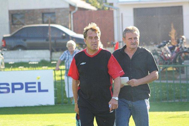 Nový trenér Velimi Jaroslav Němec (vpravo) s trenérem brankářů Pavlem Dvořákem.