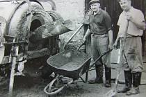 Místní muži při stavbě hasičské zbrojnice v 70. letech.