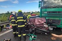 Náklaďák se srazil s osobním autem. Zraněného člověka museli vyprostit hasiči.