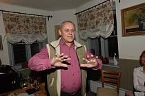 Petr Krčmář pozval přátele předposlední únorové úterý na vernisáž svých obrázků do kolínské vinárny Pod Lípou.