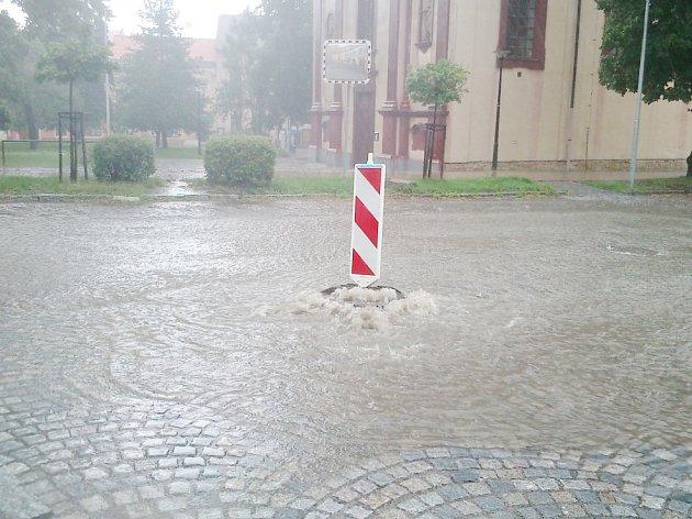 Opakovaný propad místní komunikace tvoří uprostřed Kostelce téměř řeku
