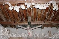 Stěny z lidských kostí v žehuňské kostnici jsou vysoké 2,5 metru a silné víc než půl metru.