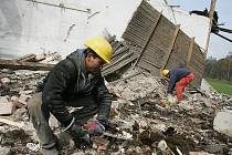 V atletickém areálu začala demolice staré budovy