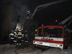 Dům v Sendražicích zachvátil požár.