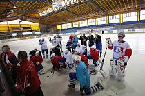 Hokejisté Kolína na prvním tréninku na ledě v Nymburce.