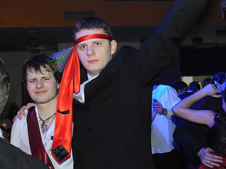 maturitní bál studentek kolínské střední zdravotnické školy, které spojily své síly se studenty kutnohorské průmyslovky.