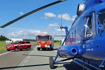 Hasiči pomáhali dostat na střechu kolínské automobilky TPCA klimatizaci pomocí vrtulníku Mi-8T.