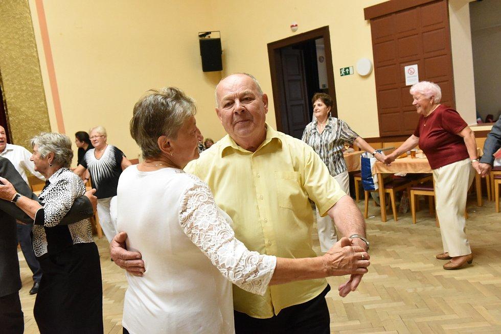 Z nedělního tanečního setkání členů a příznivců Klubu přátel Františka Kmocha s kapelou Kolíňanka v sále Na Zámecké v Kolíně.