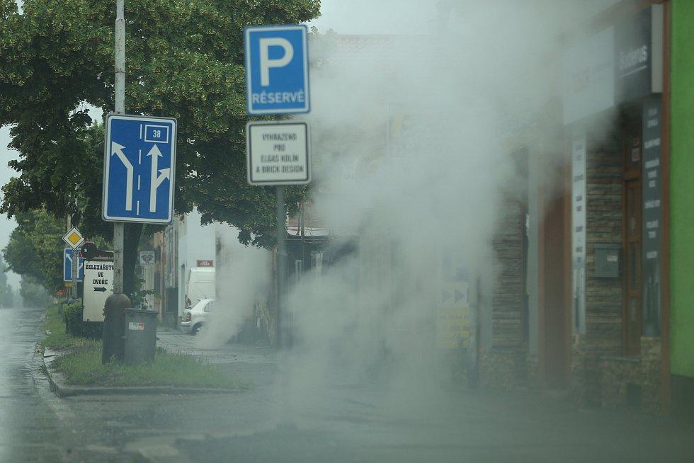 Křižovatka Zengrovy a Havlíčkovy ulice v Kolíně po přívalovém dešti.