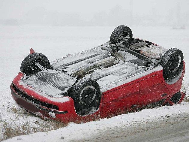 V době sněhové kalamity není v České republice o dopravní nehody nouze.