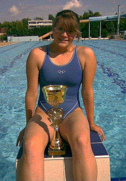 Pavlína Kubátová s pohárem za vítězství na pětikilometrové trati.