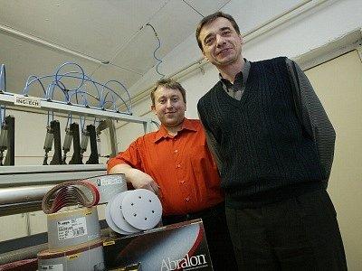Leoš Tvrdík (42) a Josef Řehák (47) založili firmu, která se zabývá zpracováním a prodejem brousicích prostředků. Leoš Tvrdík (na snímku vlevo) vystudoval strojní fakultu na VŠST v Liberci. Josef Řehák absolvoval strojní fakultu ČVUT v Praze.