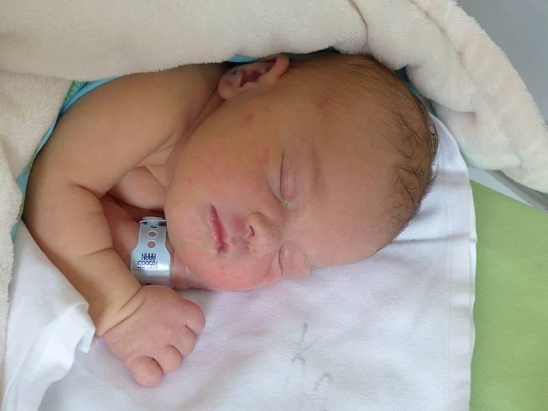 Denis Kosina se narodil 4. října 2021 v kolínské porodnici, vážil 3430 g a měřil 50 cm. Do Nymburku si ho odvezl bráška Adrian (7) a rodiče Simona a Tomáš.