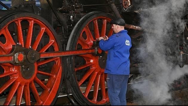 Ze zastávky parní lokomotivy 475.101 'Šlechtičny' na nádraží v Řečanech nad Labem.