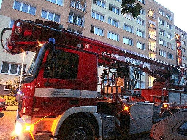 Hasiči krotili oheň v paneláku v Kolíně