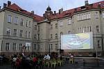 Kinematograf bratří Čadíků na zahradě Gymnázia v Českém Brodě.
