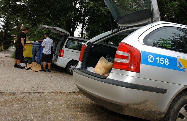 Vozidlo prošlo pod dohledem majitele kriminalistickou prohlídkou.