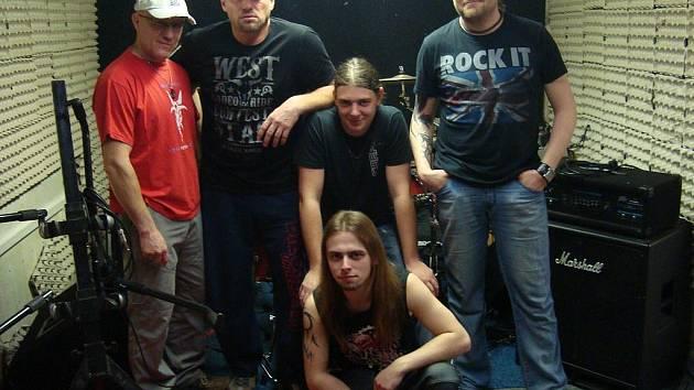Současná podoba omlazené kapely Blue Bucks: Zleva stojí basový kytarista Luboš Moravec, zpěvák a kytarista Jiří Mario Kampe, bubeník Lukáš Vacek a kytarista Radek Rajman, pod nimi sedí kytarista Martin Peroutka.