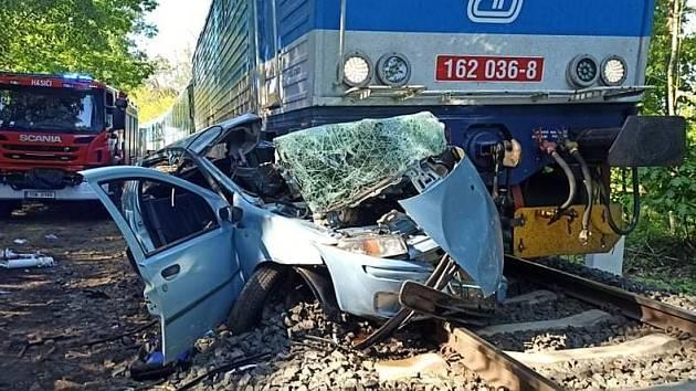 Na přejezdu u Velkého Oseka se střetl rychlík s osobním vozem.