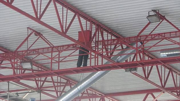 Speciální vysoušecí zařízení instalují nyní pracovníci na kolínském zimním stadionu.
